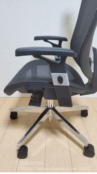アイリスプラザ オフィスチェア エクストラクール ハイバックのアームレストを一番下に下げた状態