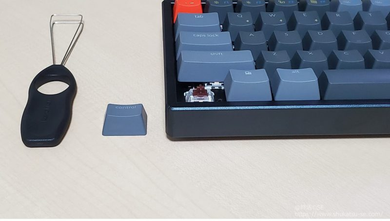 Keychron K6 キーキャップ引き抜き後、キースイッチが見える